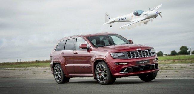 «Заряженный» Jeep Grand Cherokee сразился с самолетом на треке