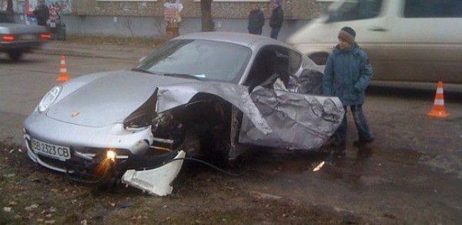 В Луганской области Porsche Cayman превратили в фольгу