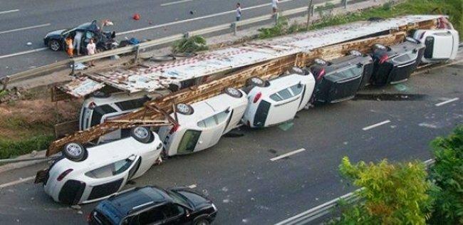 В Китае разбился автовоз с люксовыми иномарками