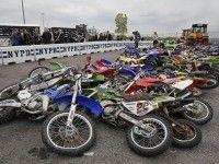 Десятки мотоциклов и квадроциклов раздавили бульдозером