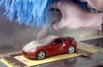 Видео: Nissan проверяет качество краски с помощью миниатюрной автомойки