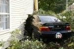 Застрявший в стене дома седан Acura продадут за один доллар