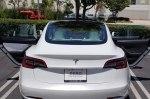 Покупатель получил Tesla Model 3 с одной коричневой дверью