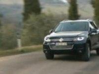 Volkswagen Touareg в движении на дороге.